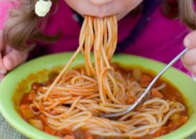 schmatzen, schlürfen, spaghetti essen, sosse schlürfen