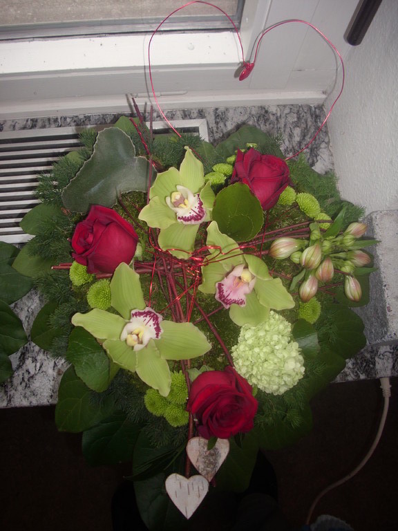Für  eine Hochzeit ein Herz ausgarniert Sibidium blüten