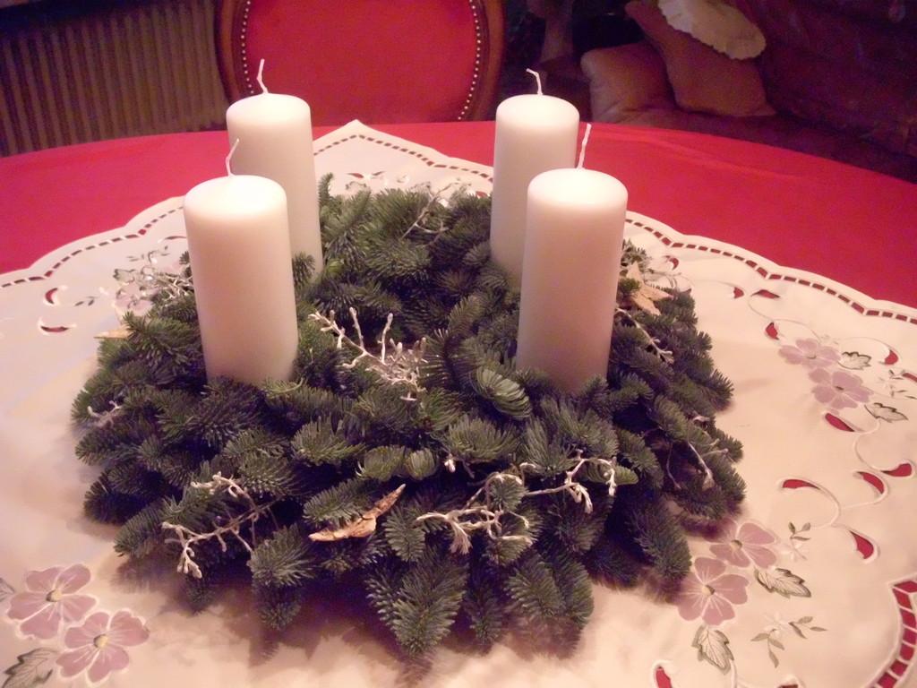 Adventskranz mit Nobilis  und  weissen Kerzen 2010