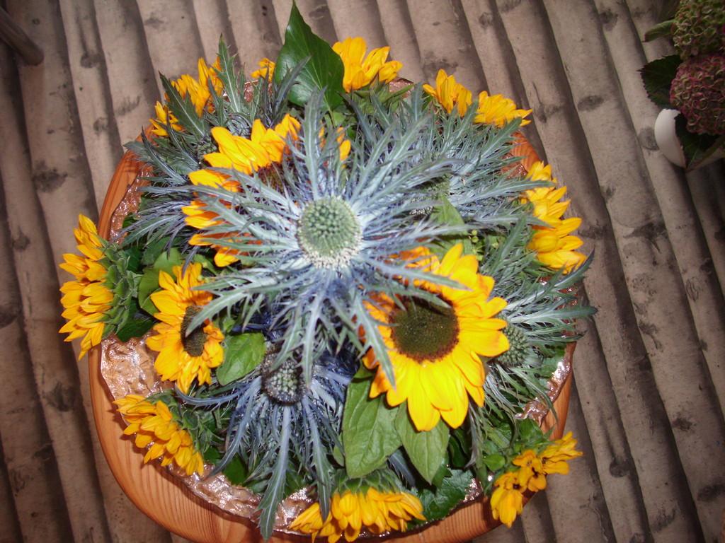 Blaudistel und kleine Sonnenblumen in einer  runden Glasschale ca 45Fr