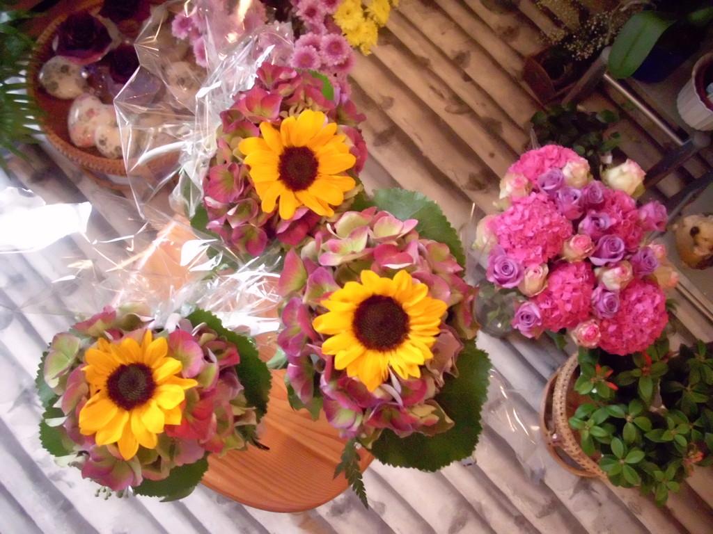Abschlussgeschenk für die Referenten Flasche Wein mit Blumen und Kompiuterkabel