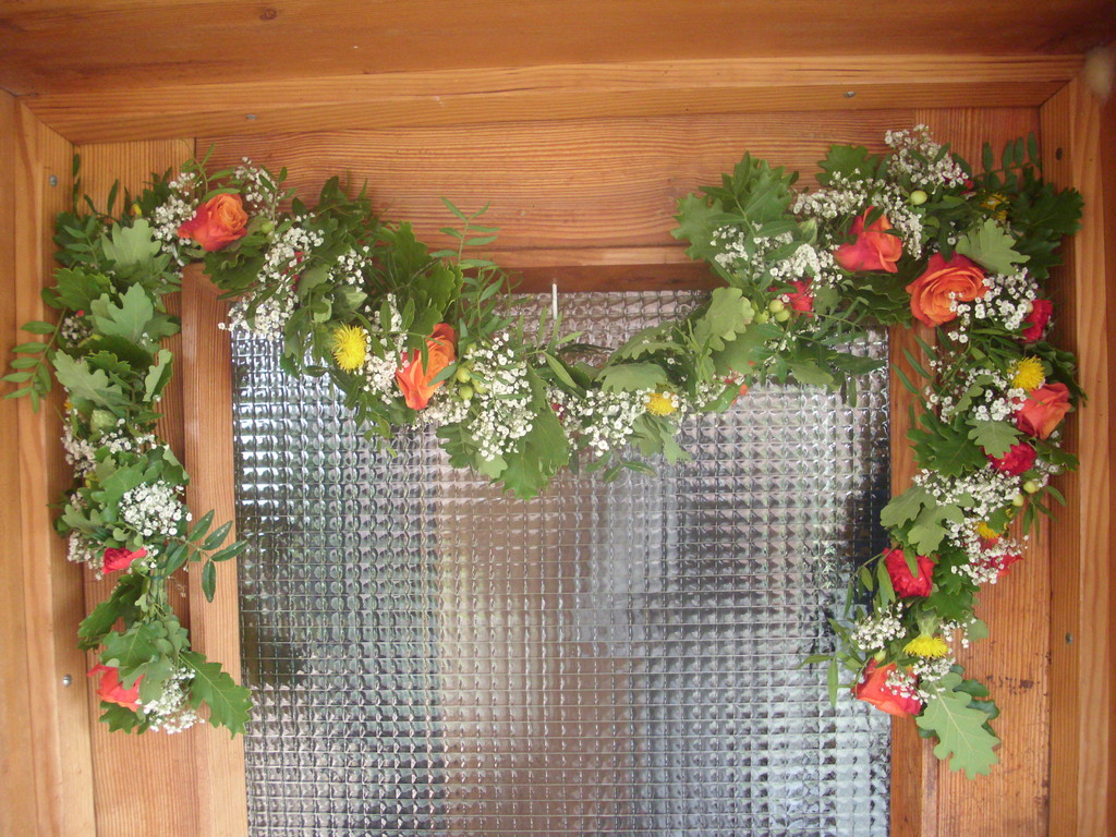 Türgirlade mit Eichenblättern,Gibsophilla(Schleierkraut) orange Rosen und Nelken