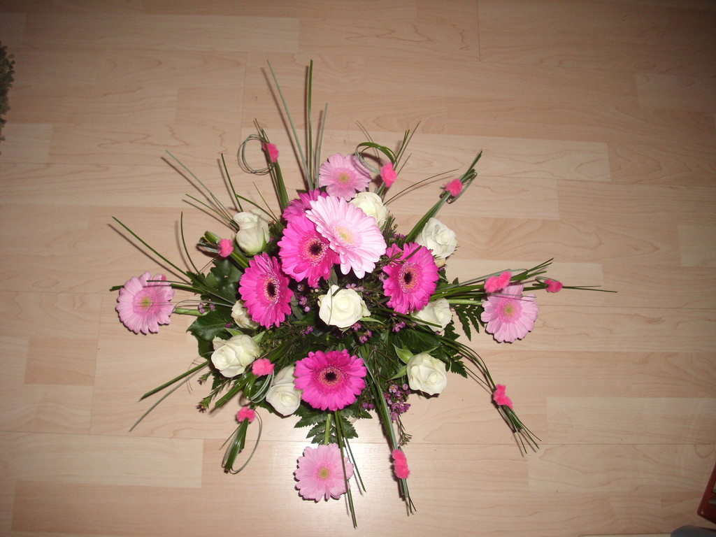 Arrangement mit weissen Rosen, Germiniengerberas rosa-pink
