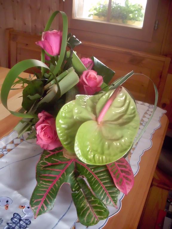 Anthurimblüte ausgarniert mit rosa Rosen,Croton Blatt,Thypa Blätter