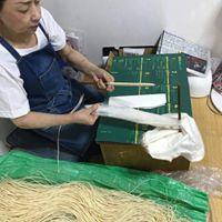 松井本和蝋燭工房の職人歴40年以上の芯巻き職人