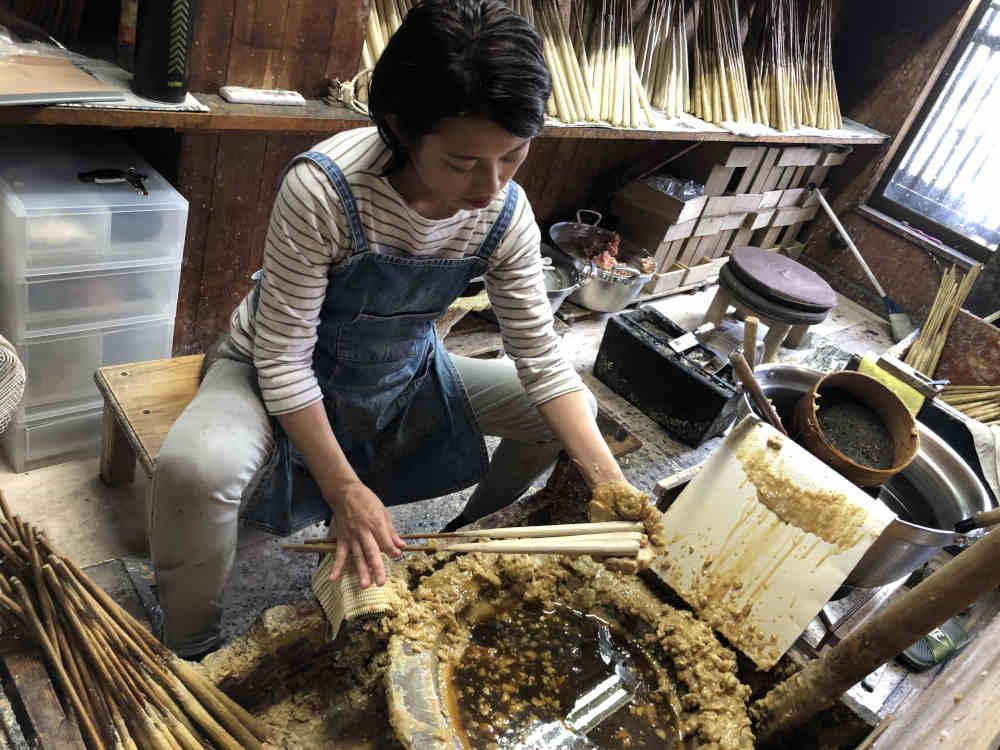 朱の和ろうそくと白の和ろうそく 松井の最高級伝統の和ろうそく