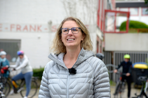 Bürgermeister-Kandidatin Sandra Pietschmann setzt sich für sichere Gehwege zur Schule ein.