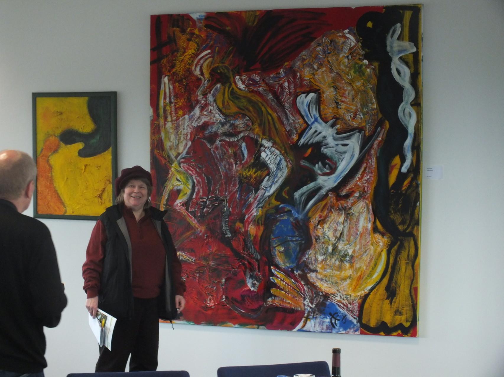 Lisa Winter vor ihrem Werk Schluchtenwelt