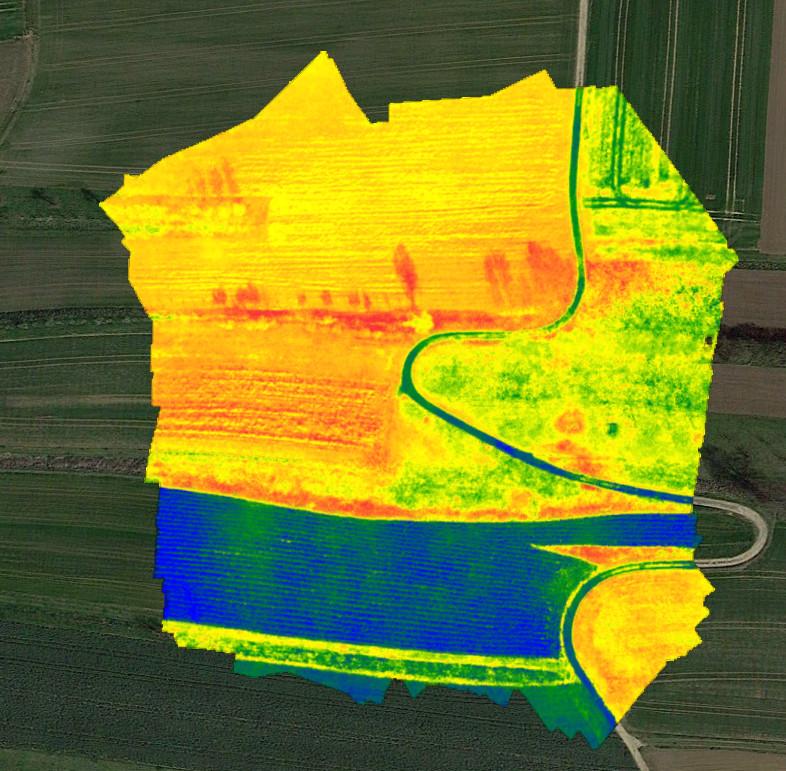 Überlagerte NDVI Darstellung über dem Luftbild. Die Vitalität nimmt von rot (beste Vitalität), über gelb und grün bis zu blau (keine Vitalität) ab.