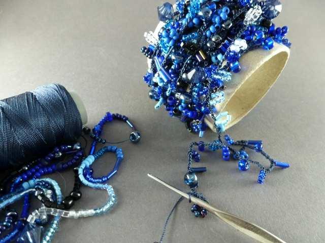 19. Häkeln Sie mit Ihrer passenden Anzahl Luftmaschen alle Perlen ab. Damit sich nichts verheddert, können Sie den gehäkelten Strang über eine Rolle wickeln.