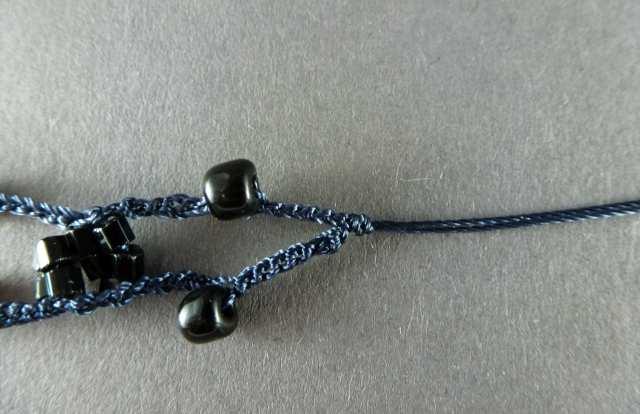 23. Ziehen Sie den Knoten bis direkt an Ihre Häkelmaschen. Perfekt wäre es, wenn kein Abstand entsteht. Lieber den Knoten minimal überlappen lassen.