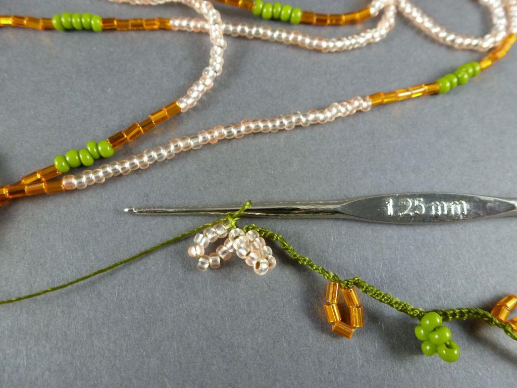 12. Fassen Sie direkt im Anschluß (ohne LM dazwischen) weitere 9 Perlen in einer LM zusammen.