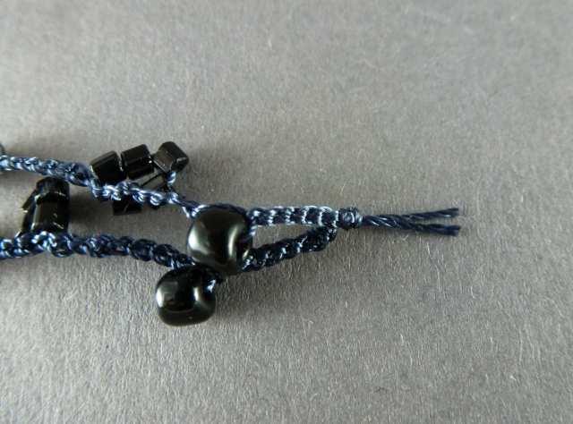 24. Kürzen Sie die Fäden hinter dem Knoten auf ca. 0,5cm.