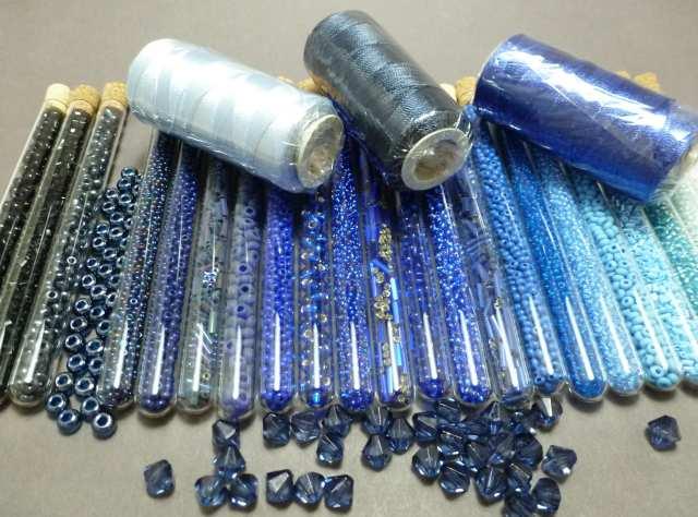 """Unsere Kette """"Blue"""" wird 24 Farben haben, die meisten davon im Blaubereich. Aus den möglichen passenden Garnfarben habe ich die drei Blautöne ausgewählt. Ich werde mit Dunkelblau häkeln, um eine schöne, sanfte Kette zu erhalten."""