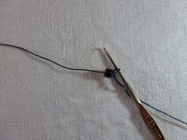 8. Holen Sie die erste Perle an die Nadel. Das ist die letzte Perle, die Sie aufgefädelt haben, und sollte eine Perle der Farbe 1 sein.