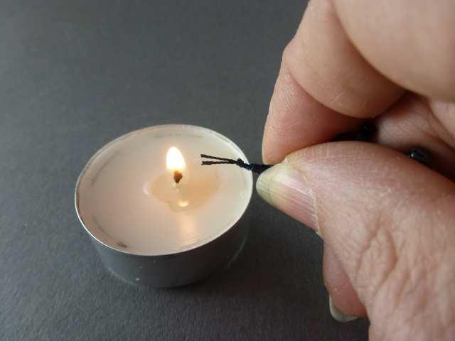 """25. Halten Sie die beiden Enden neben eine Flamme. """"Neben"""" ist wichtig. Das Polyestergarn wird nach ein paar Sekunden schmelzen und somit den Knoten haltbarer machen."""