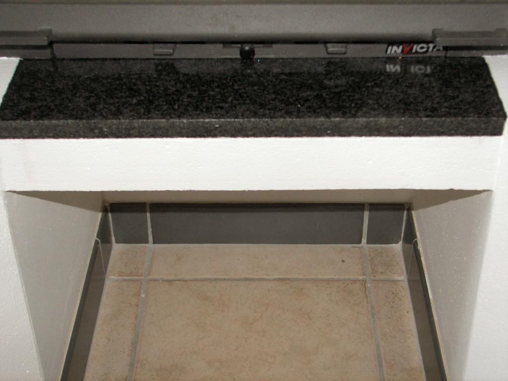 Pose de la plaque noire et des plinthes grises