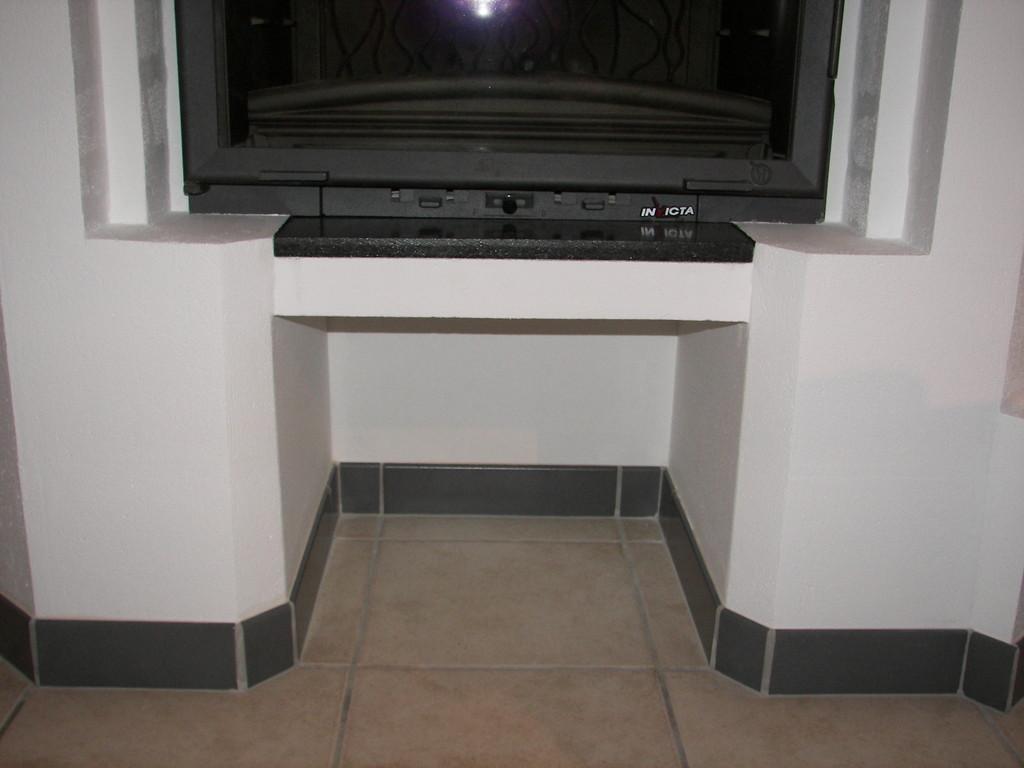 Pose de la plaque noire (au centre) et des plinthes grises