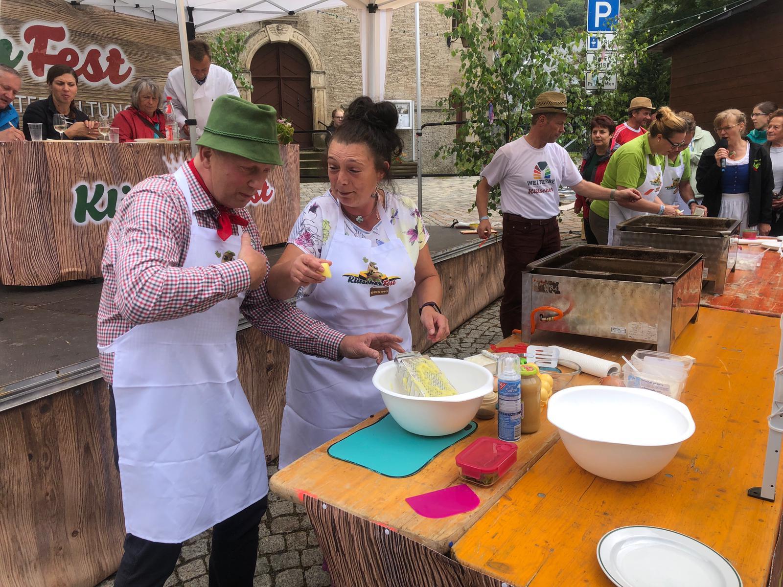 Backen zum Klitscherfest in Geising unner Zither-Michel un seine Fraa