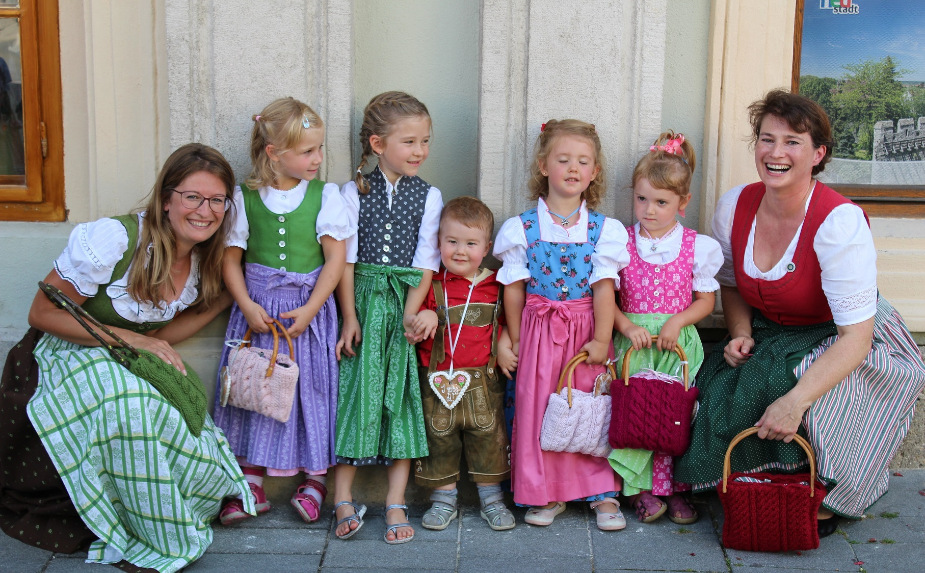 Kindertracht aus der Rosengasse 14 beim Rathaus Wiener Neustadt