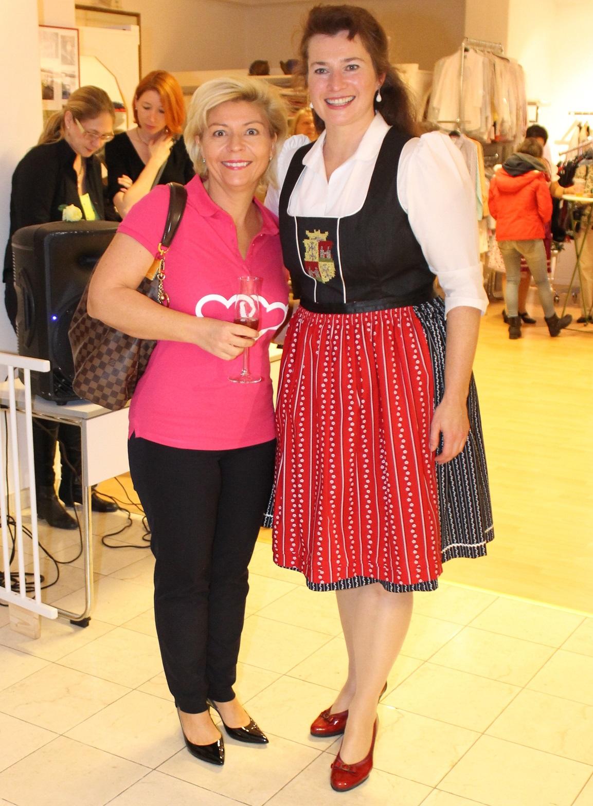 Begrüssung Kabarettistin Isabella Woldrich mit Elke Wainig