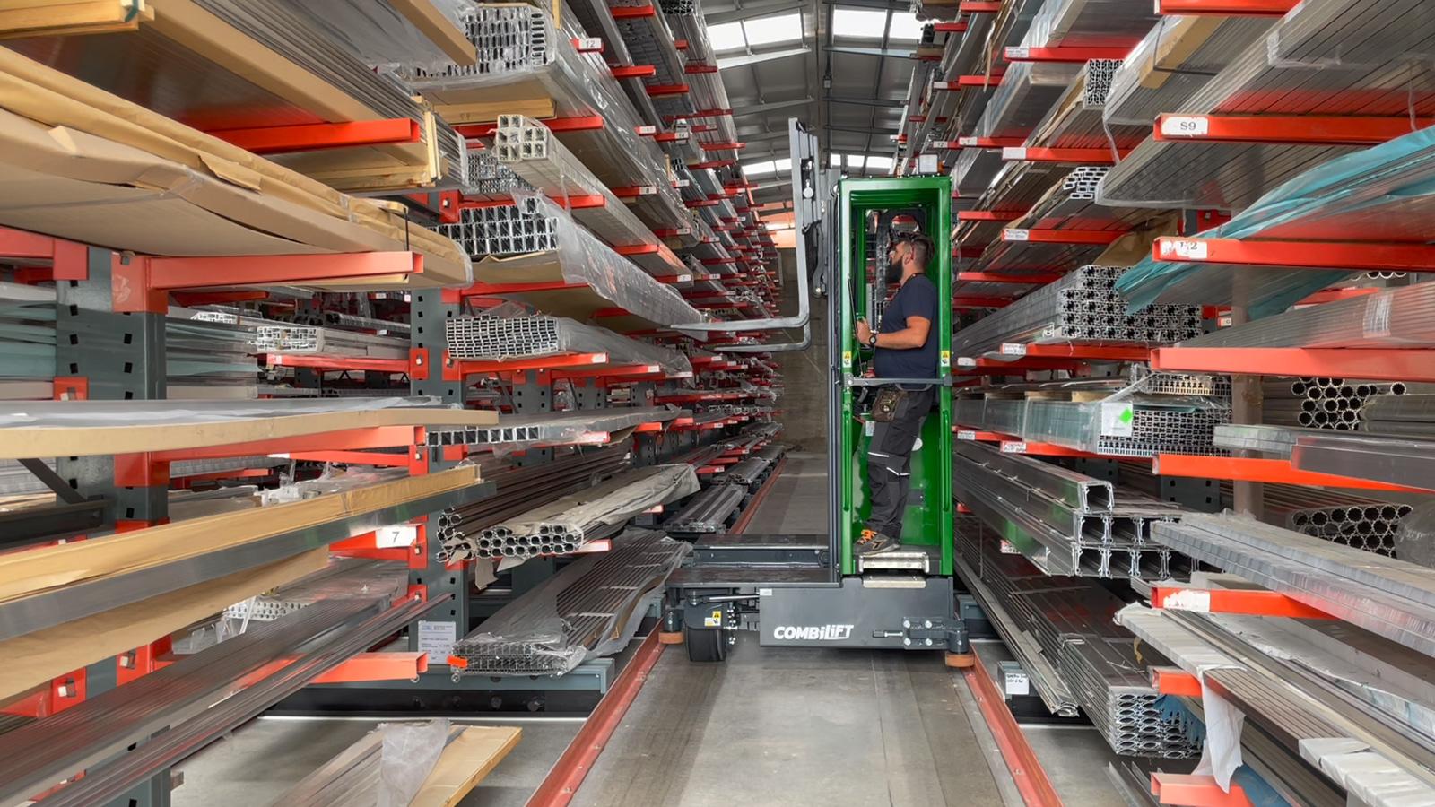 Un carrello multidirezionale al lavoro (video)