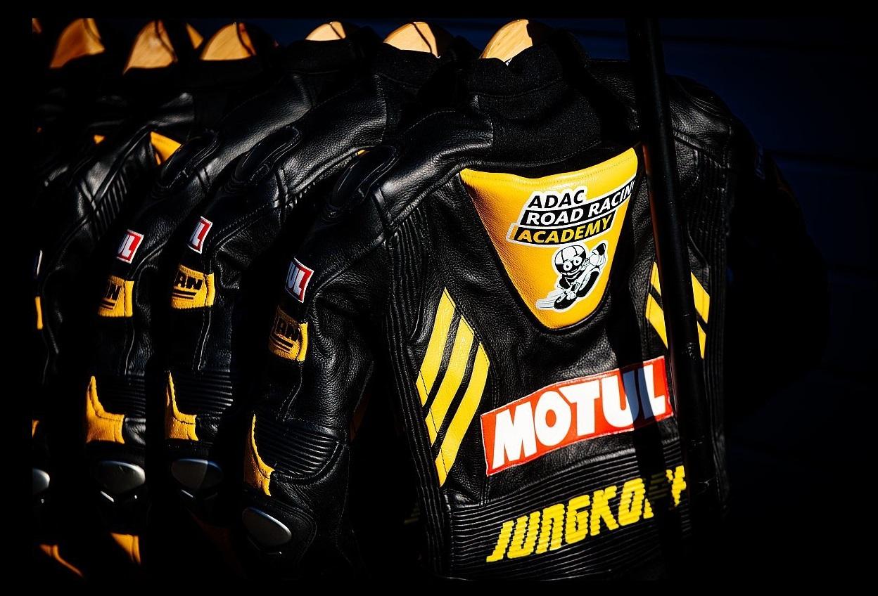 Offizieller Ausstatter des ADAC Motorsport | ADAC Road Racing Academy