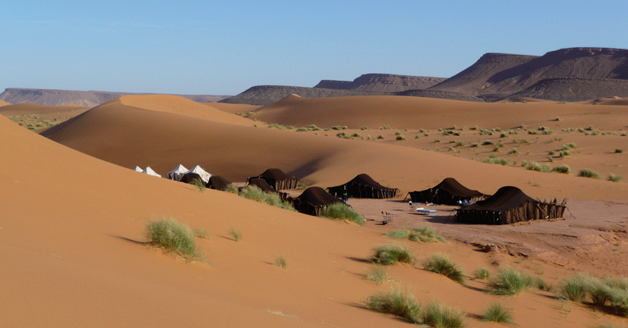 campement au milieu des dunes au maroc