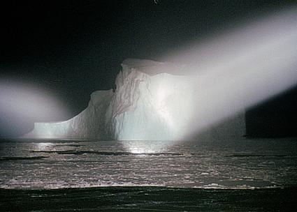 """Eisberg im Scheinwerferlicht vom Forschungsschiff """"Polarstern"""""""