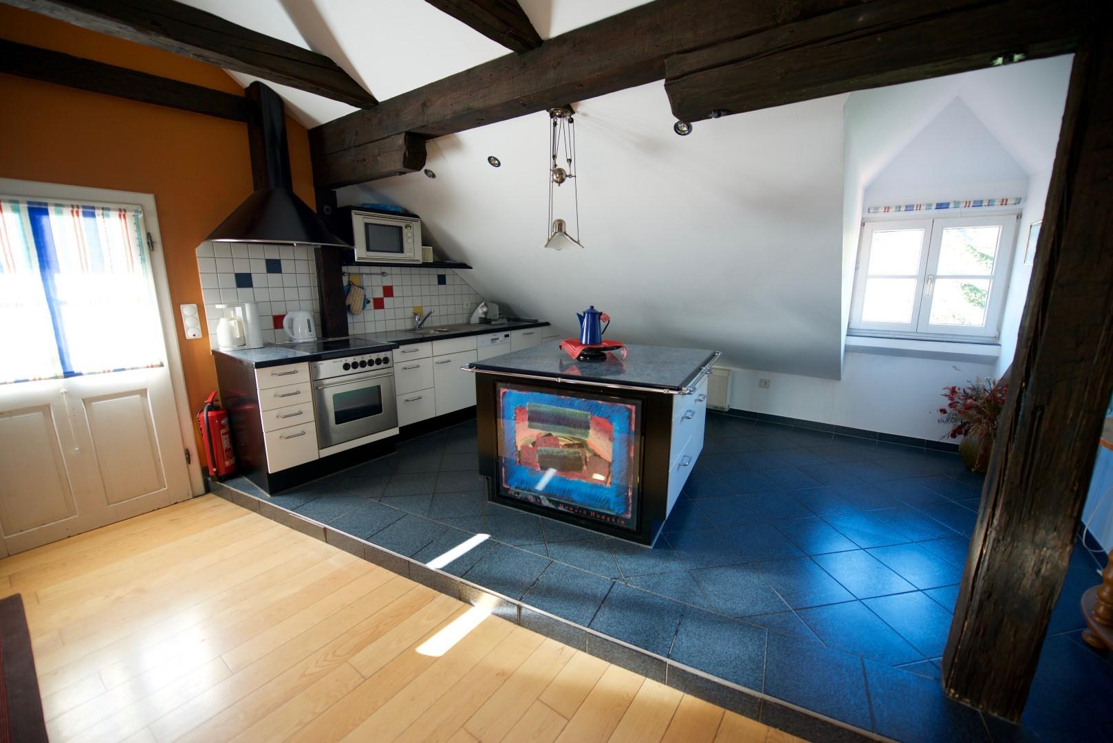 Blick vom Wohnzimmer auf die integrierte Küche