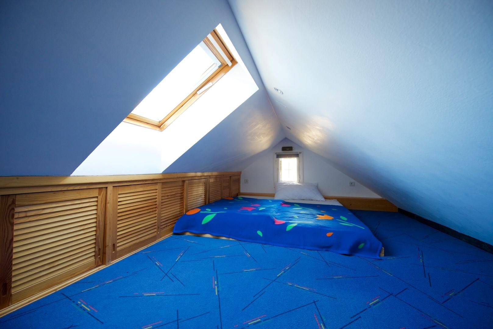 offener Dachgiebel mit Schlafstelle für 2 Kinder (Raumhöhe 1,5 m)