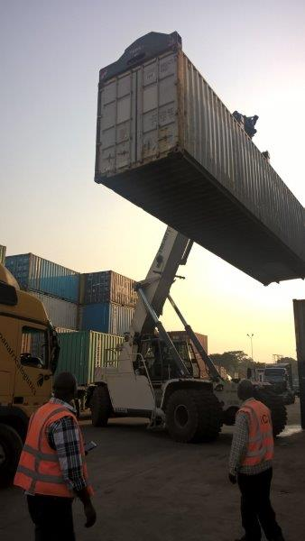 Der Container kommt im Zoll in Kampala an