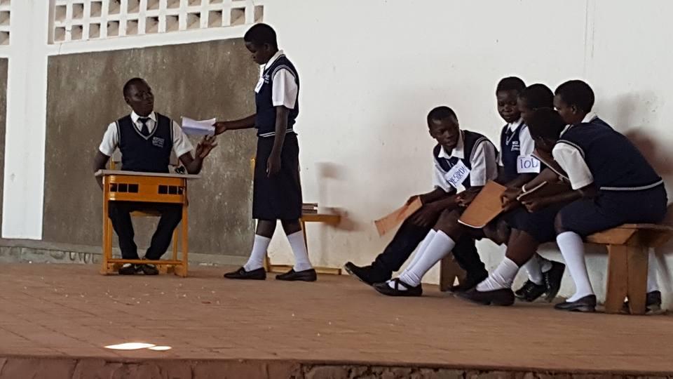 Secundarstufe 1 und 2 spielen etwas aus ihrem Alltag beim Abschlussfest