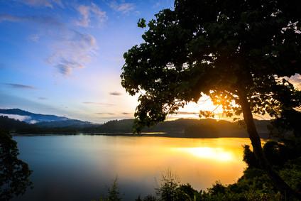 Sonnenaufgang am Cheow Lan Lake