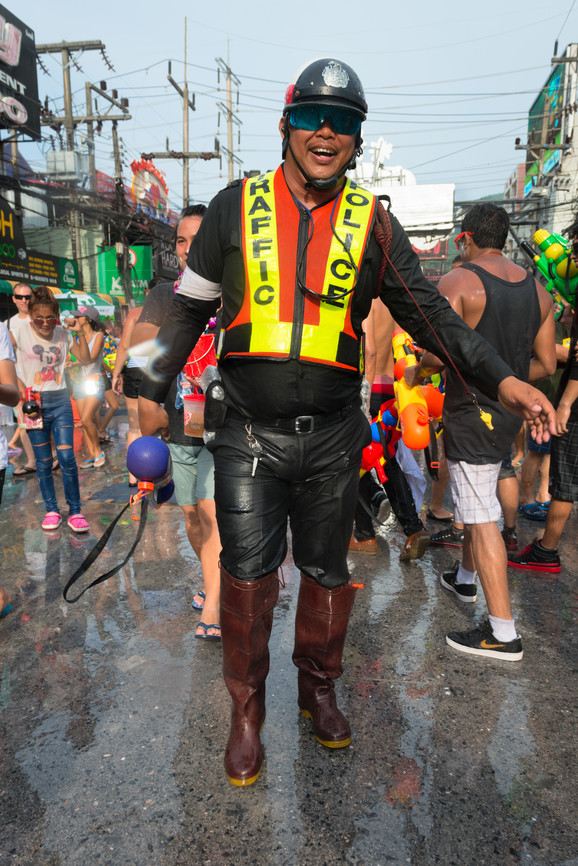 Polizist beim Songkran-Festival