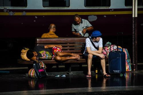 Reisende warten auf den Zug in Hua Lampong