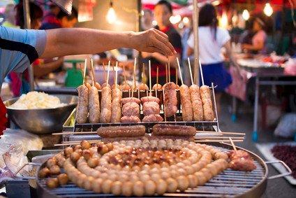 Leckeres gegrilltes Schweinefleisch - Essensmarkt in Chiang Mai