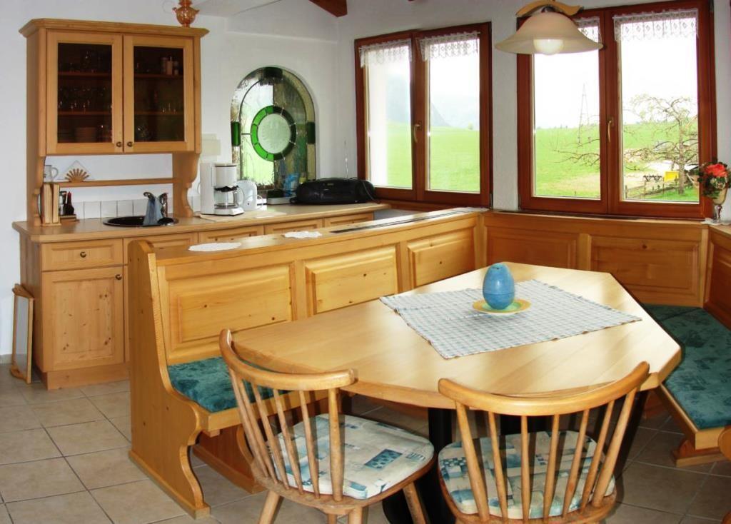 Aufenthaltsraum / Frühstücksraum mit großem Balkon und Blick auf das Kaisergebirge