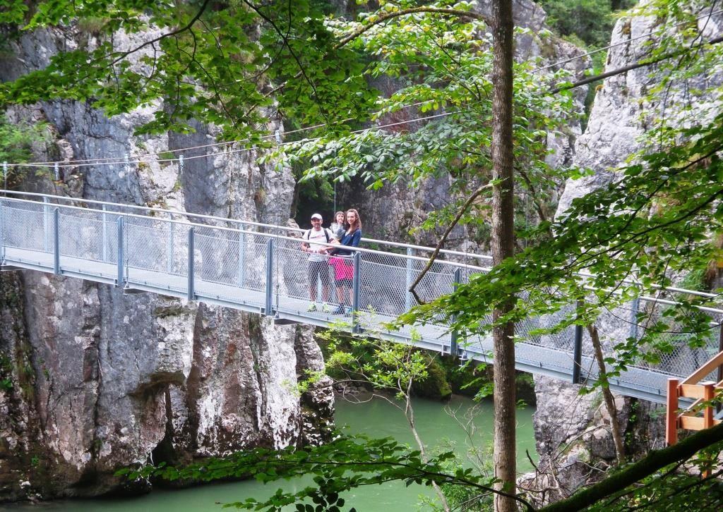 Hängebrücke über die Tiroler Ache. Ein Abenteuer für die ganze Familie