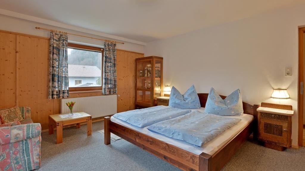 Schlafzimmer mit Balkon und Blick auf den Zahmen Kaiser