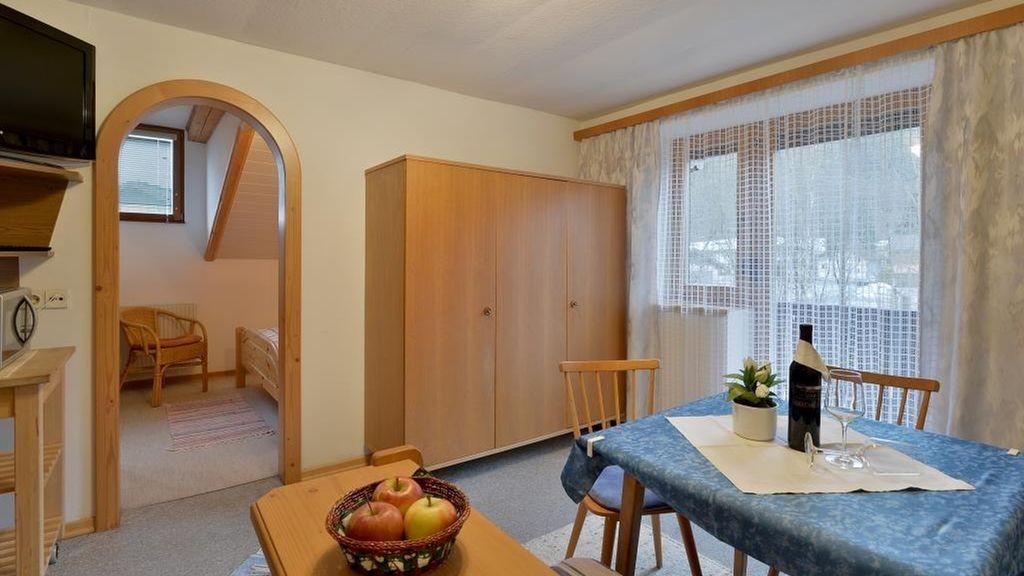 Wohn/Schlafraum mit Kochnische und Essplatz u. Balkon