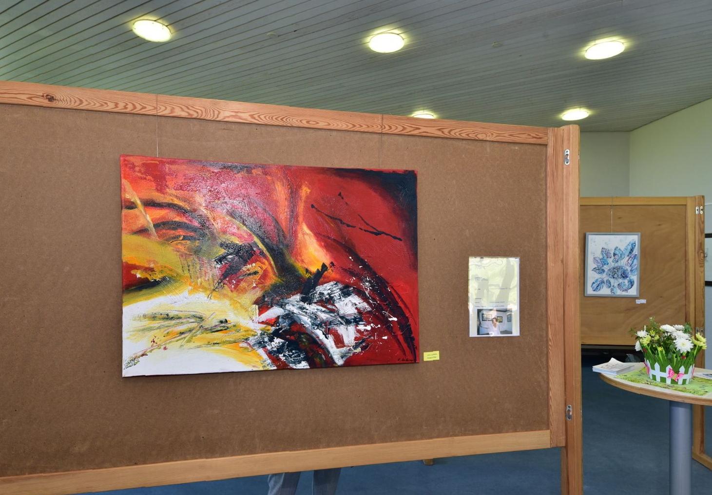 Gemälde von Elisabeht Kitzinger und Elena Stein (im Hintergrund)