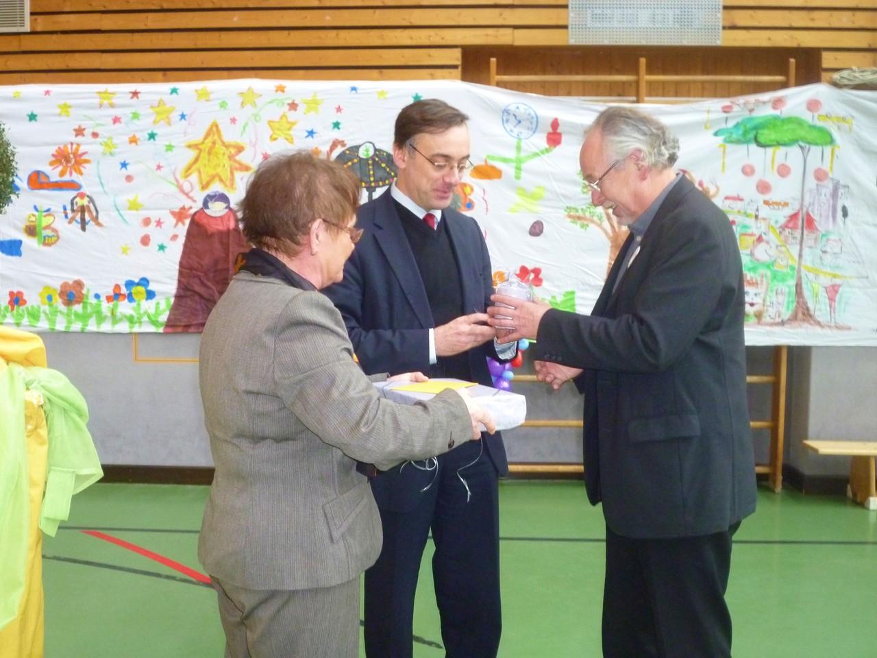 Foto O. Kindermann, Ein Geschenk der Stadt Würzburg überreichen die Bürgermeisterin Schäfer-Blake und Herr Al Ghusain