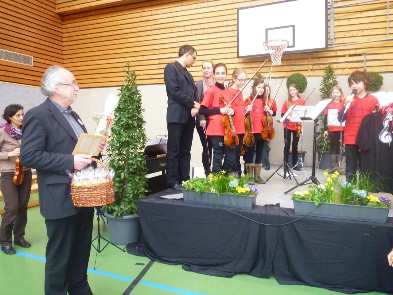 Foto O. Kindermann, Das Schüler-Streichorchester spielt für Herrn Blaum und seinen Gästen