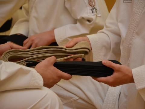 Entrga de un cinturón negro.Momento importante para un karateka.