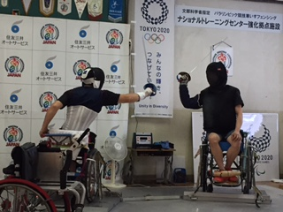 キィコーチとのレッスンに励む角田選手(左)