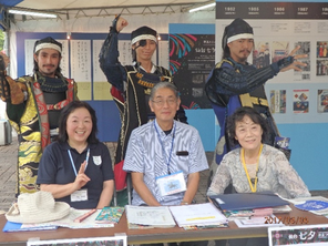 外国人向けの受付、仙台七夕まつりお祭り広場内の七夕伝承館にて。