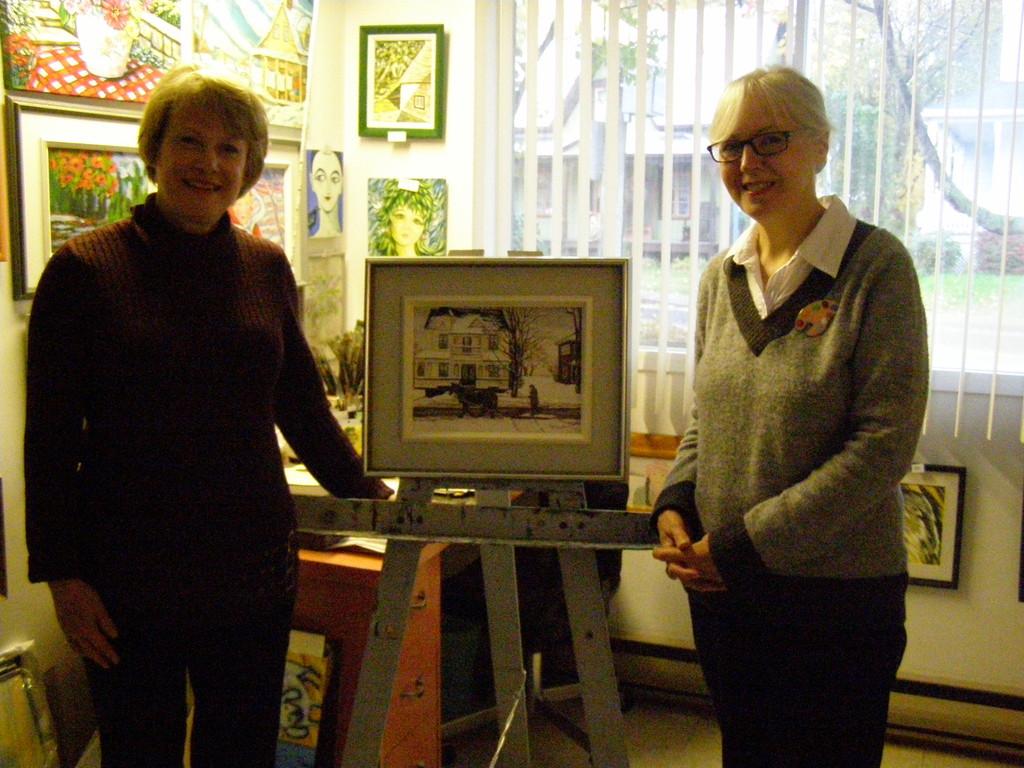 Mme Anne Laganière (à gauche) à l'atelier de l'artiste Thérèse Paquin à Champlain pour l'échange de son chèque-cadeaux de 300 $.