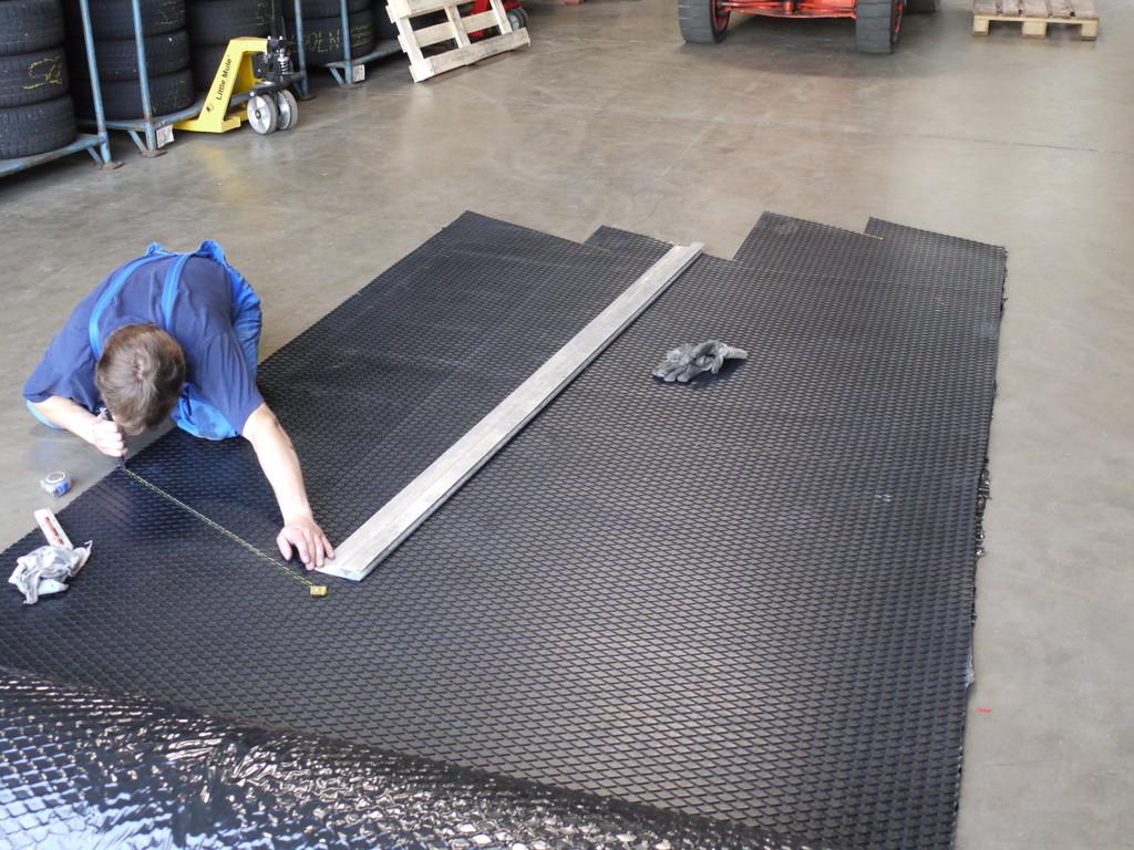 Zuschneiden der Gummibahnen für die Antriebstrommeln