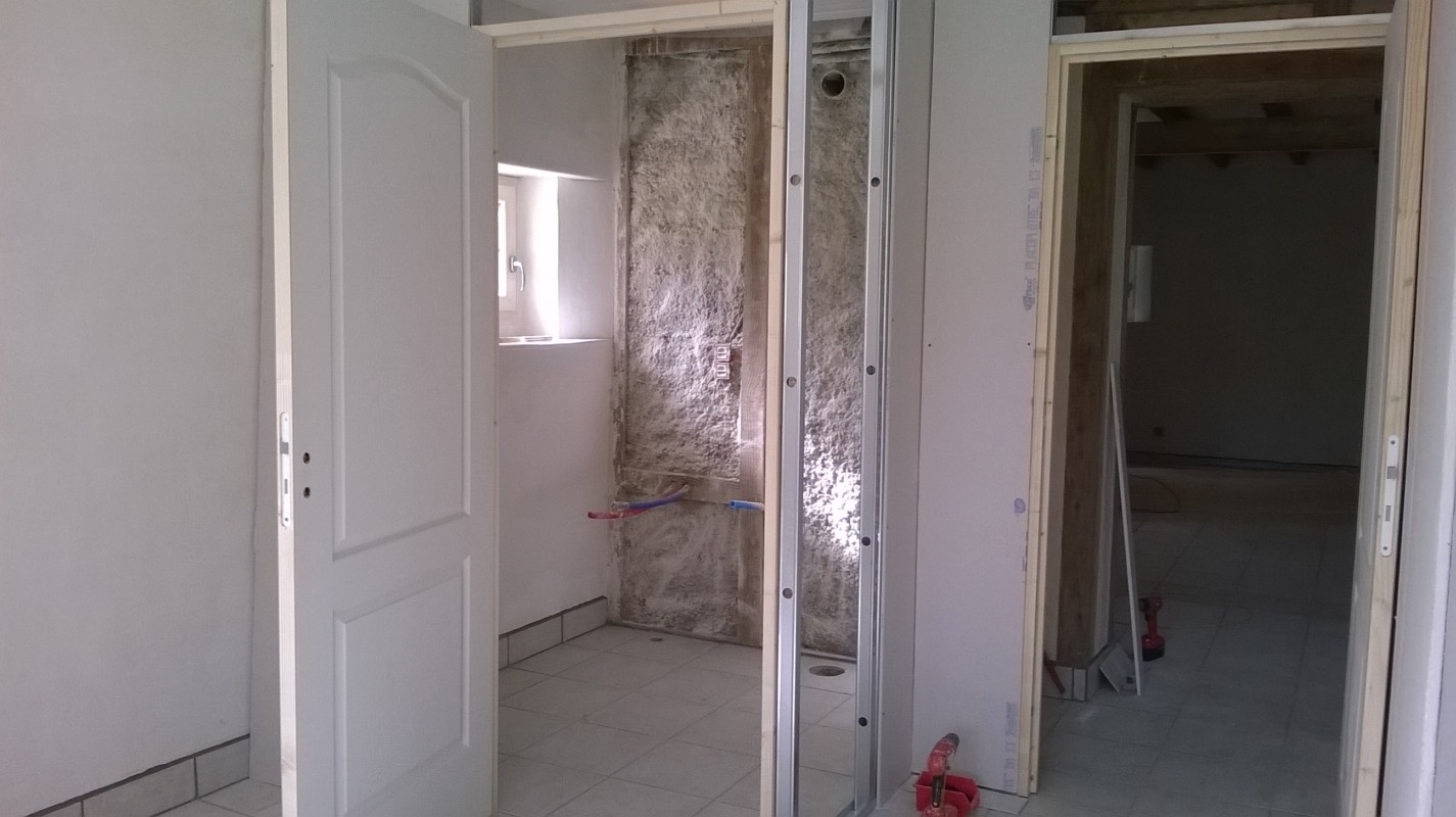 On voit ici le mur en terre qui sera recouvert d'un placo hydro, avec 15 mm d'air entre les deux, pour le cabinet de toilette.